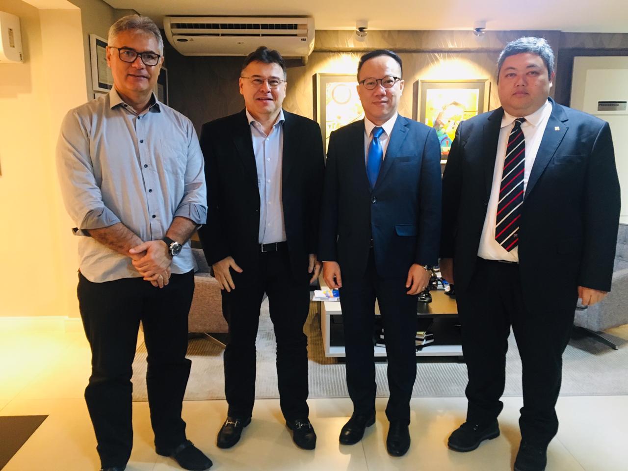 Presidente do CRCCE, Robinson de Castro, recebe comitiva empresarial chinesa para debater aproximação comercial